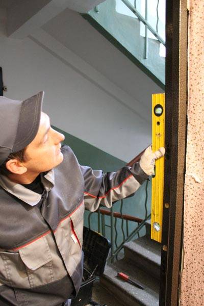 правильно установить металлические двери